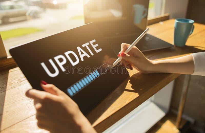 Uppdateringstatusstång på apparatskärmen Programvaruutveckling och teknologibegrepp arkivfoton