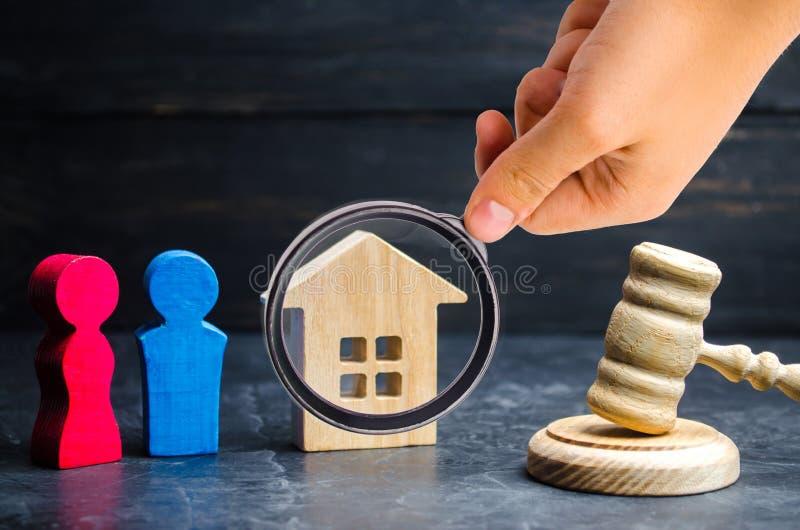 Uppdelning av egenskapen vid lagligt betyder förklaring av äganderätten arkivfoton