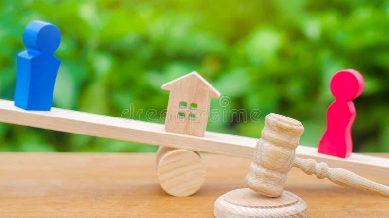 Uppdelning av egenskapen vid lagligt betyder Förklaring av äganderätten av huset Trädiagram av folk Mannen och kvinnan står royaltyfria foton