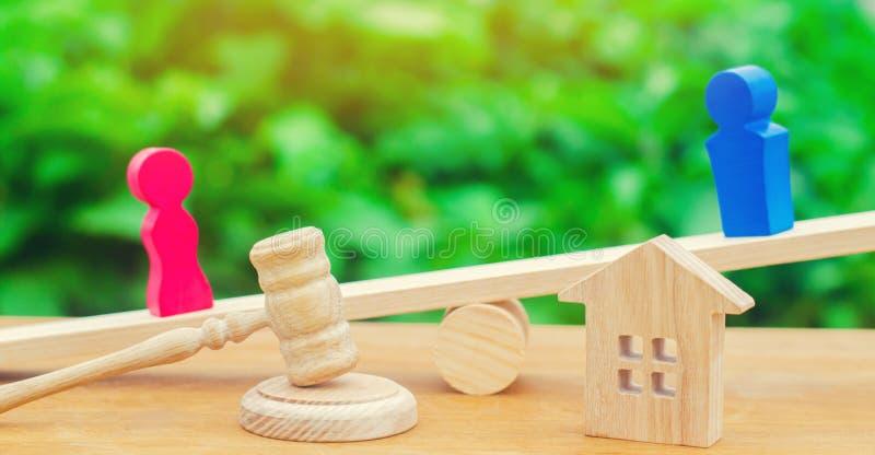 Uppdelning av egenskapen vid lagligt betyder Förklaring av äganderätten av huset Trädiagram av folk Mannen och kvinnan står arkivbild