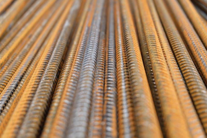 Uppdelningsrebar - en closeup av rostiga vertikalt staplade järn- eller stålförstärkningstänger royaltyfri fotografi