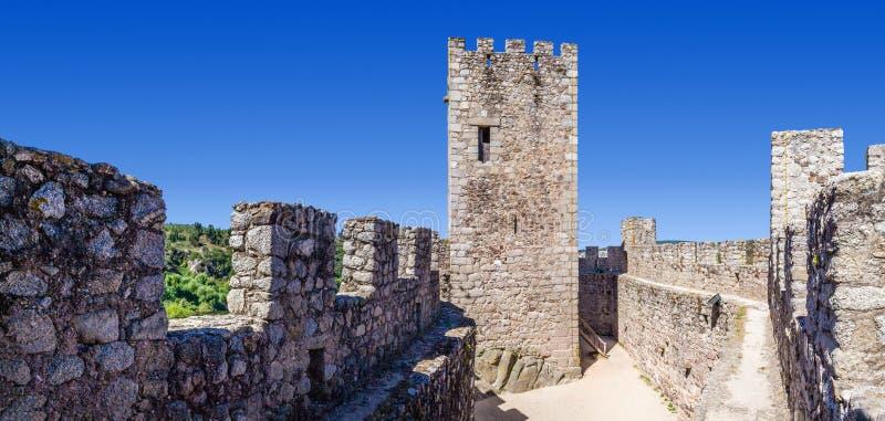 Uppehälle och borggård av den Templar slotten av Almourol arkivbild