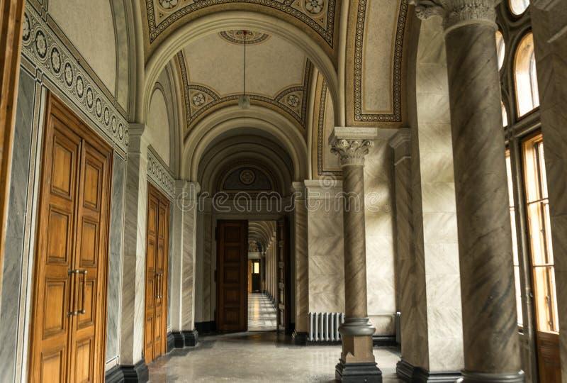 Uppehåll av storstads- Bukovina Universitet Chernivtsi Forntida välvd korridor royaltyfri bild