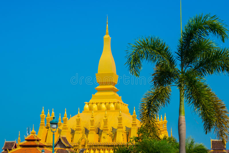 Uppehåll PHA som Luang Luang Prabang, en stor stupa, en buddistisk stupa laos vientiane arkivfoton
