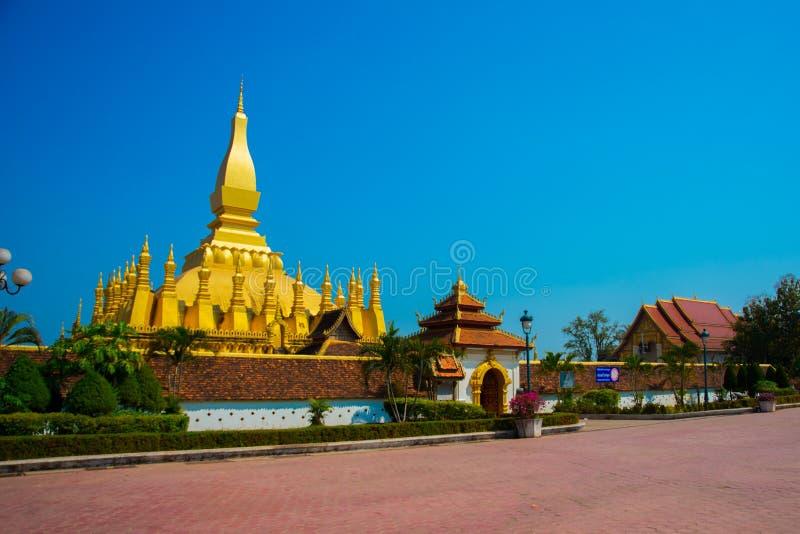 Uppehåll PHA som Luang Luang Prabang, en stor stupa, en buddistisk stupa laos vientiane royaltyfri bild