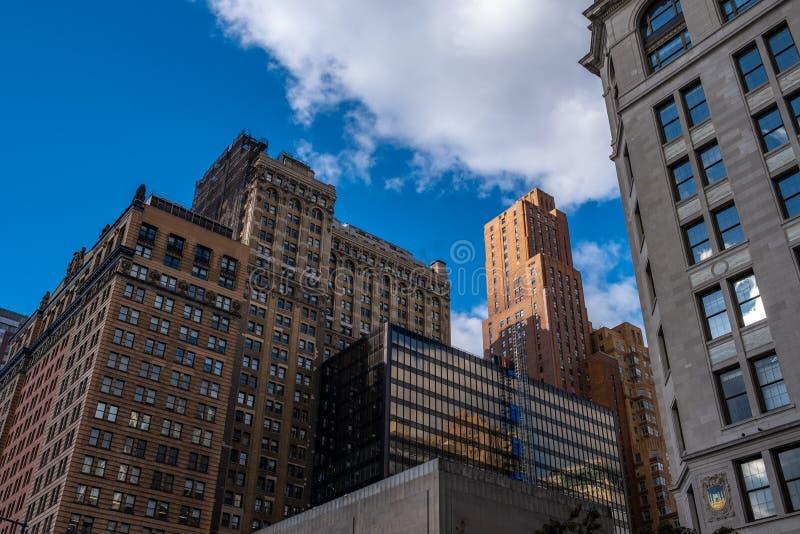 Uppehållbyggnad i lägre Manhattan mot klar blå himmel i New York City New York arkivbilder