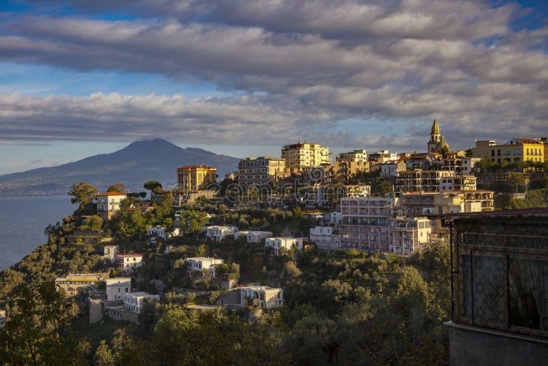 Uppehållhem och hotell i mediterranea för sikt för sorrento vägsida royaltyfri fotografi