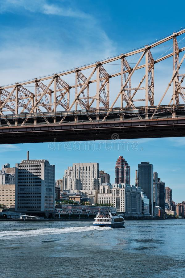 Upper East Side Manhattan en de Brug van ED Koch Queensboro op zonnige dag stock fotografie