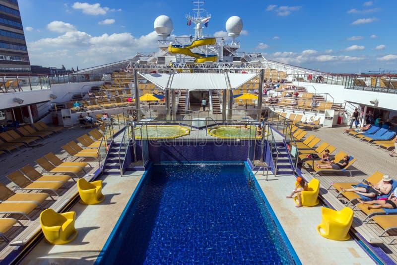 Upperdeck för Costa Fortuna kryssningskepp royaltyfri bild