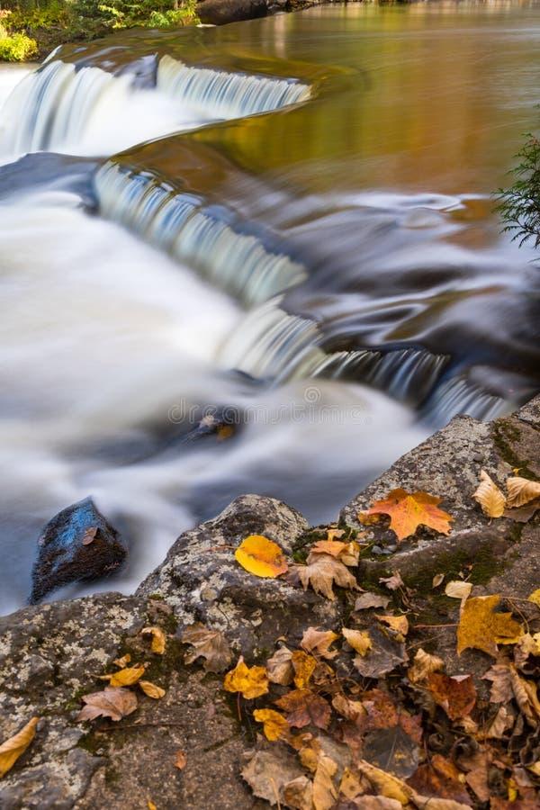 Upperkvalitetsnedgångar och Autumn Leaves nära Paulding Michigan arkivfoto