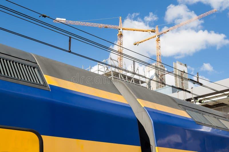 Uppersite van een Nederlandse trein en achter het bouwwerkzaamheid van de nieuwe Centrale Post van Utrecht royalty-vrije stock foto's