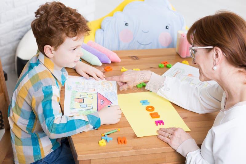 Uppförandeterapi med pedagogen royaltyfria bilder