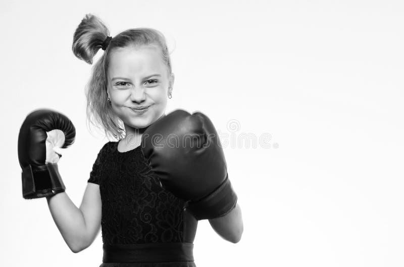 Uppfostran f?r ledarskap och vinnare Sport- och h?lsobegrepp Boxas sporten f?r kvinnlig Flickabarn med bl?a handskar royaltyfria foton