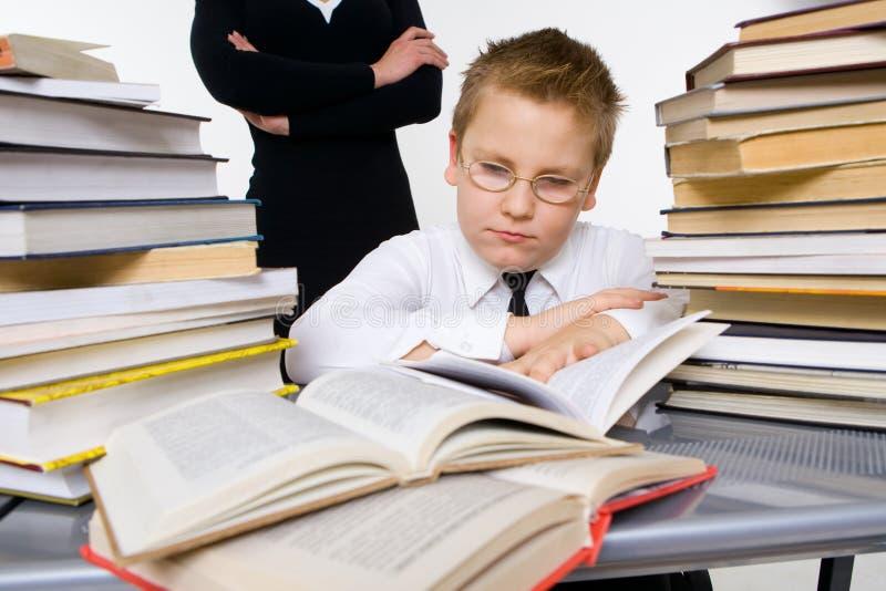 uppfostrar sonen som undervisar deras trött royaltyfria foton