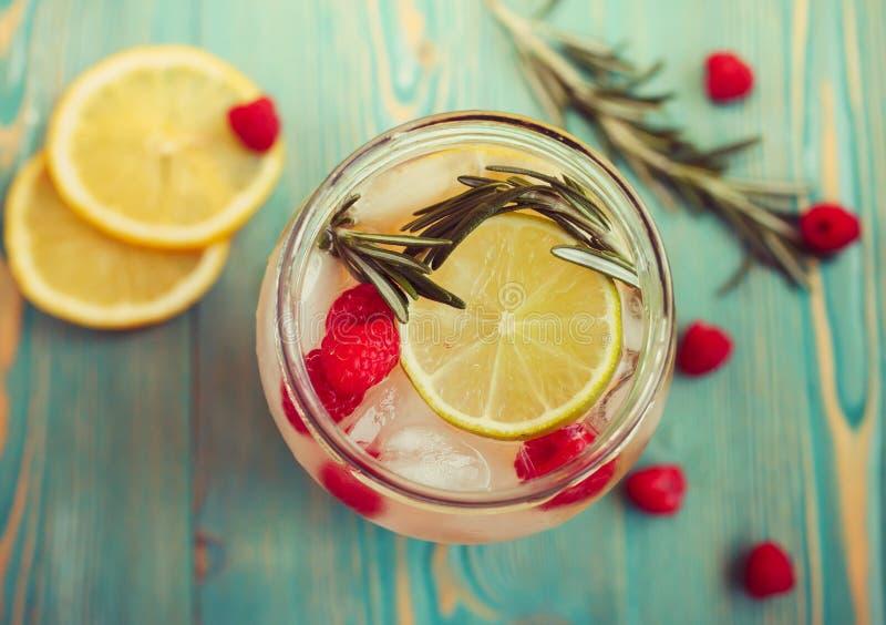 Uppfriskande detoxvatten med frukter i kruset, närbild royaltyfria bilder