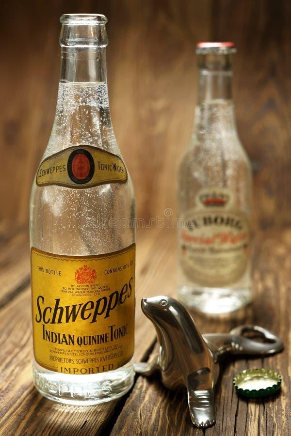 Uppfriskande drink, antik Schweppes flaska Lantlig stil royaltyfria foton