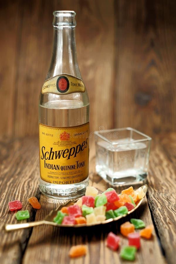 Uppfriskande drink, antik Schweppes flaska Lantlig stil arkivbild