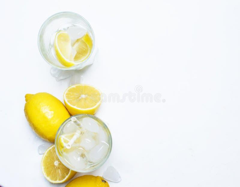 Uppfriskande drink för sommar, kallt vatten med is och citron, vita lodisar royaltyfri bild