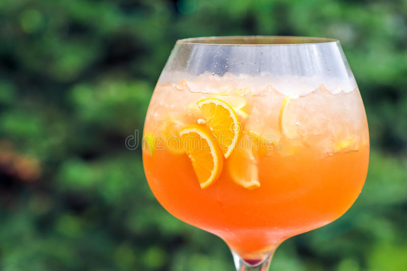 Uppfriskande drink med stycken av frukt, apelsiner och apelsinen royaltyfri fotografi