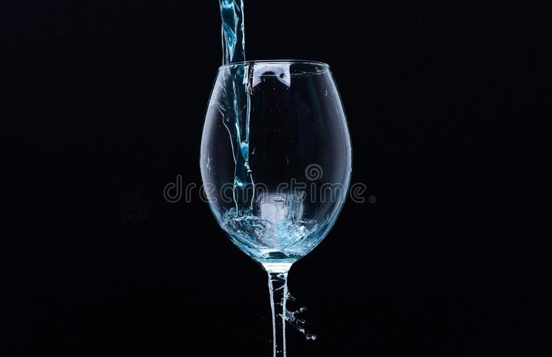 Uppfriskande drinkbegrepp Coctail med blå flytande i exponeringsglas Exponeringsglas med blått vatten som häller med flytande med fotografering för bildbyråer