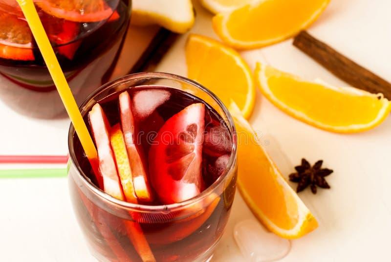 Uppfriskande fruktsangria för citrus vatten för sommar drinkis för karaff orange royaltyfri bild