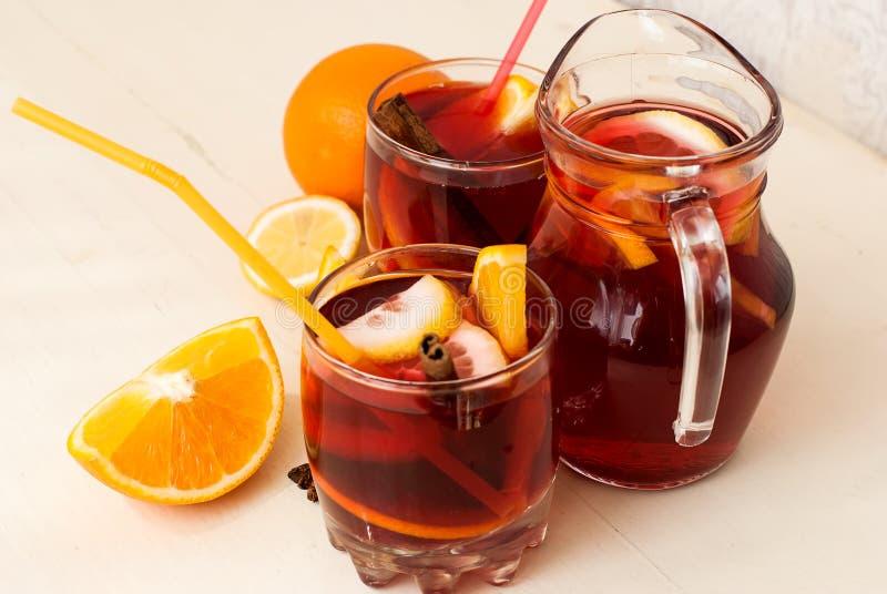 Uppfriskande fruktsangria för citrus vatten för sommar drinkis för karaff orange arkivfoton