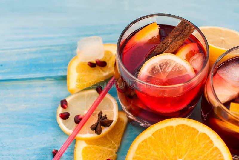 Uppfriskande fruktsangria för citrus vatten för sommar drinkis för karaff orange arkivbilder