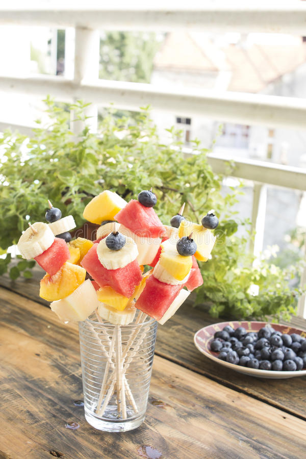 Uppfriskande fruktsteknålar - fruktmellanmål arkivfoto