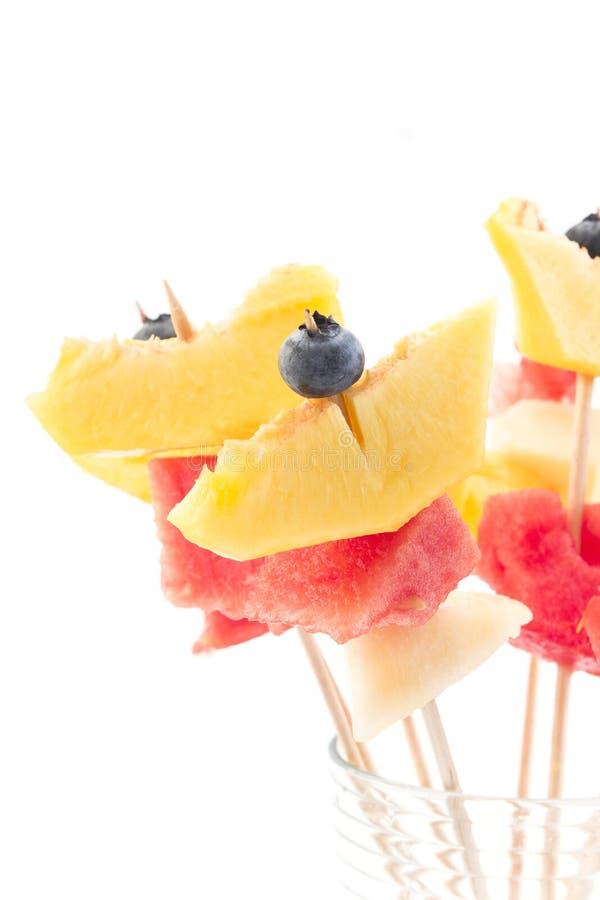 Uppfriskande fruktsteknålar - fruktmellanmål arkivbilder