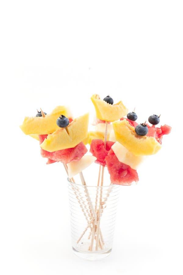 Uppfriskande fruktsteknålar - fruktmellanmål royaltyfri foto
