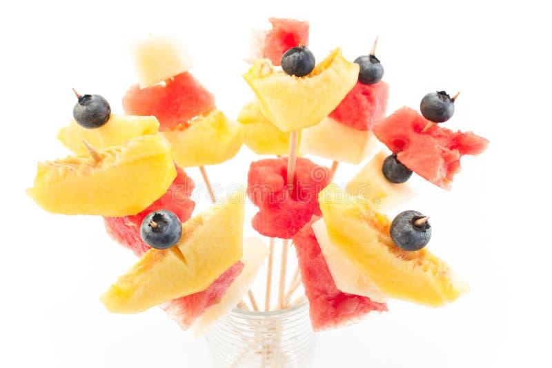 Uppfriskande fruktsteknålar - fruktmellanmål fotografering för bildbyråer