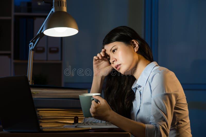 Uppfriskande funktionsduglig övertids- la för asiatiskt för affärskvinna kaffe för drink arkivbild