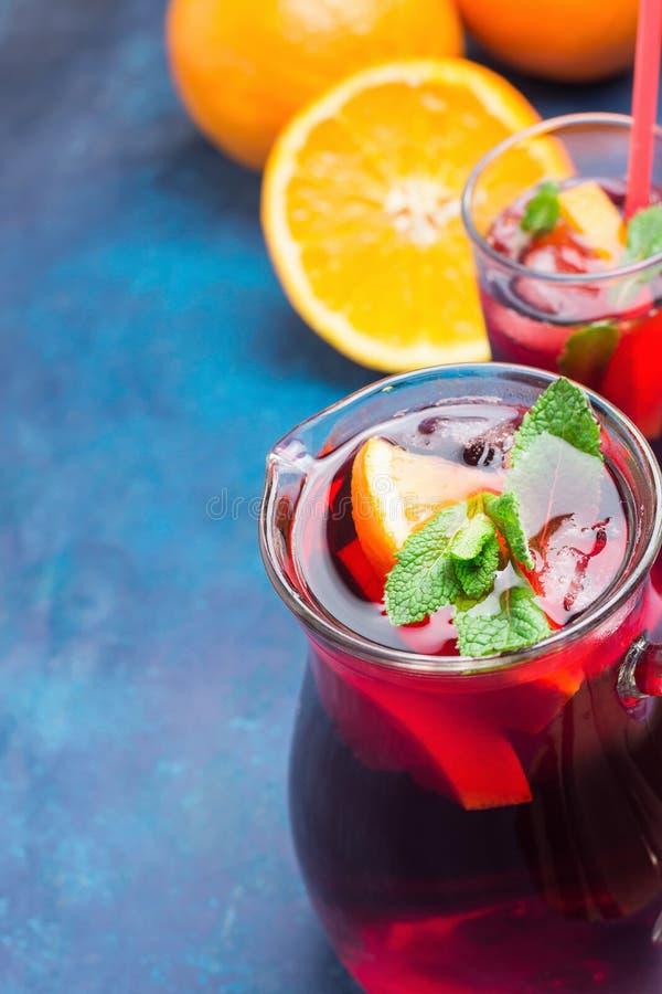 Uppfriskande Icke-alkoholist spansk sangria från variation av för granatäppledruvor för frukter orange citrusa bär och den nya mi royaltyfri bild
