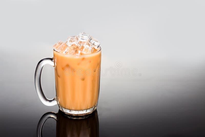 Uppfriskande iskallt te med mjölkar i genomskinligt exponeringsglas royaltyfria foton