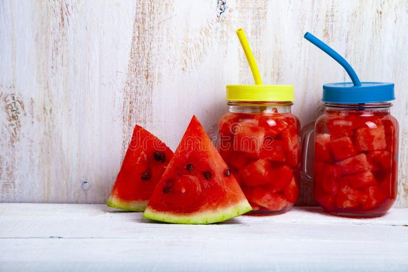 Uppfriskande iskallt vatten med vattenmelon royaltyfri bild