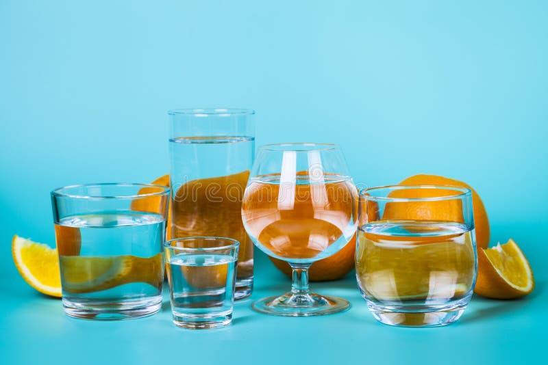 Uppfriskande kallt vatten med apelsiner royaltyfria foton