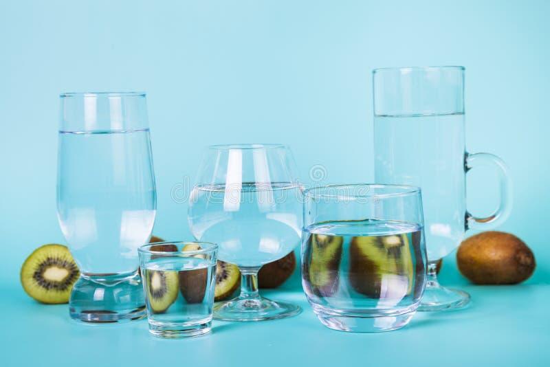 Uppfriskande kallt vatten med kiwin arkivbild