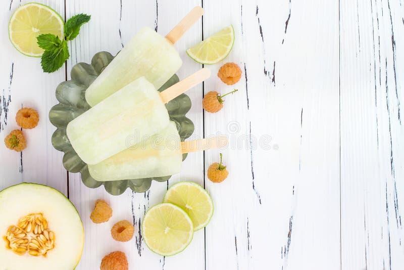 Uppfriskande mexikansk stilis poppar - hallonet, limefrukt, honungsdaggmargaritapaletas - isglassar Top beskådar Cinco de Mayo re royaltyfri bild