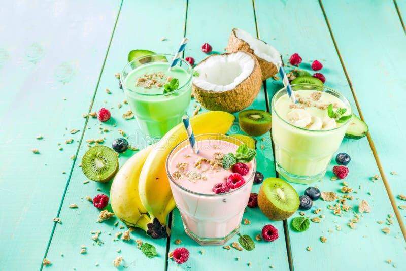Uppfriskande milkshakar eller smoothies arkivfoto