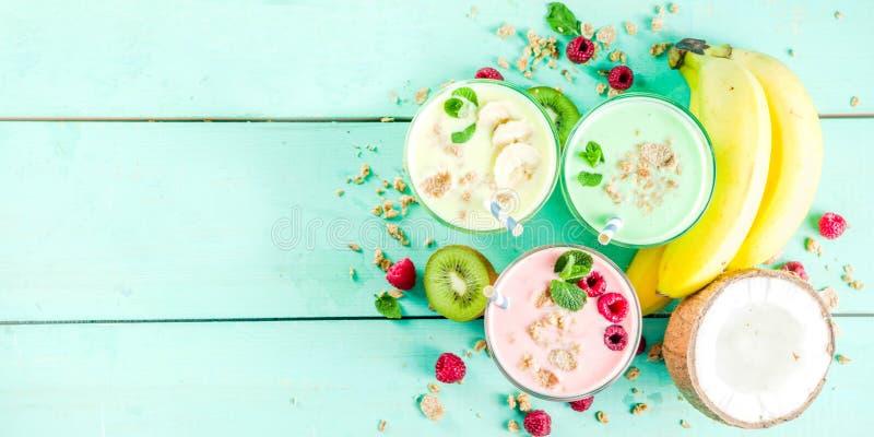 Uppfriskande milkshakar eller smoothies royaltyfria foton