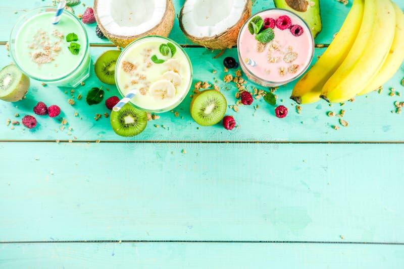 Uppfriskande milkshakar eller smoothies arkivbild