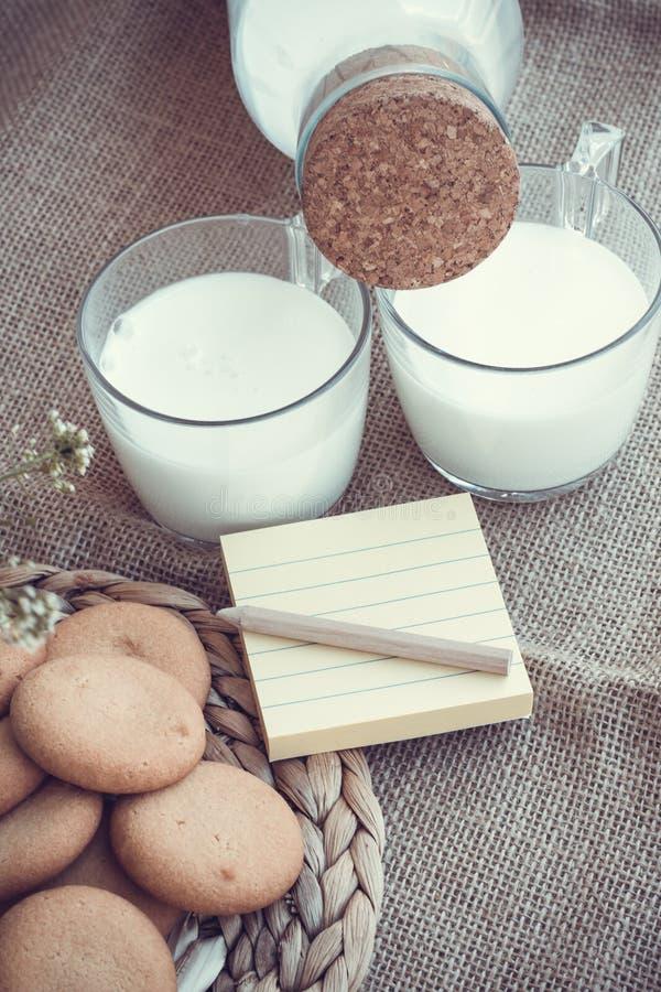 Uppfriskande organiska vita hela mjölkar och kakor arkivbild