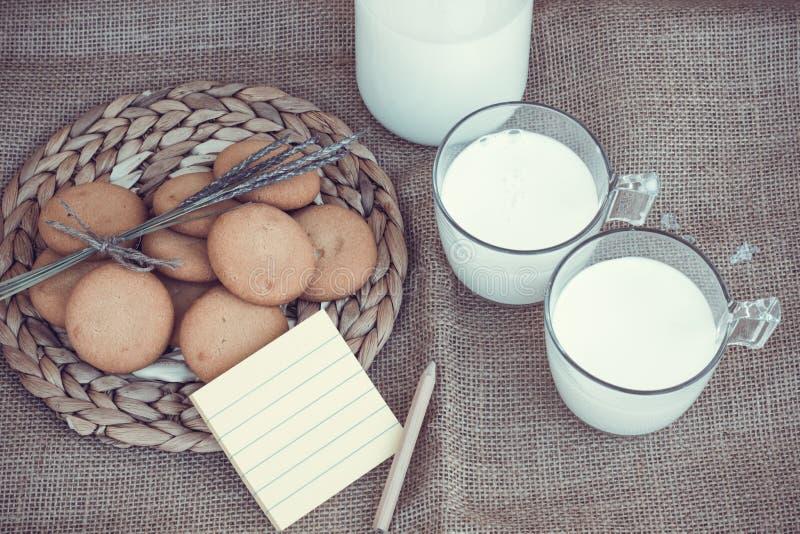 Uppfriskande organiska vita hela mjölkar och kakor royaltyfri foto