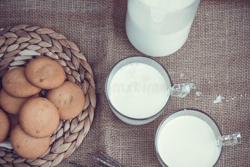 Uppfriskande organiska vita hela mjölkar och kakor fotografering för bildbyråer