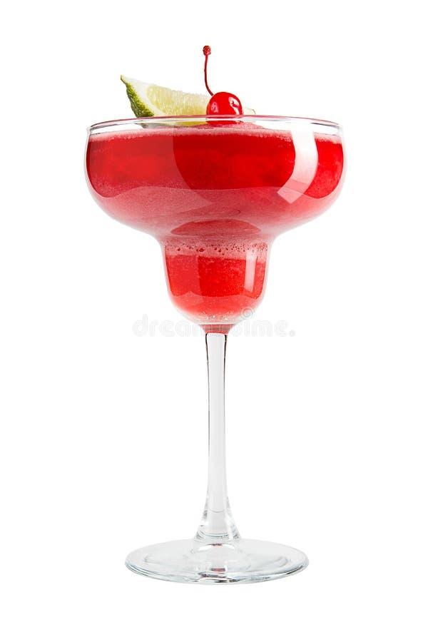 Uppfriskande röd alkoholcoctail med limefruktskivan på vit bakgrund arkivbild