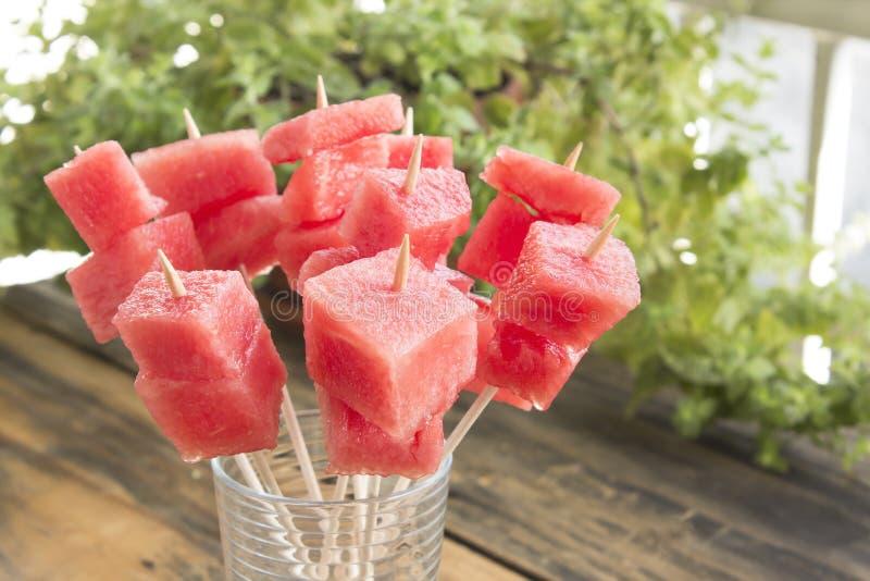Uppfriskande steknålar av vattenmelon - fruktmellanmål royaltyfria foton
