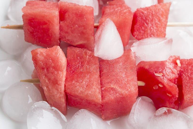 Uppfriskande steknålar av vattenmelon med is royaltyfri foto