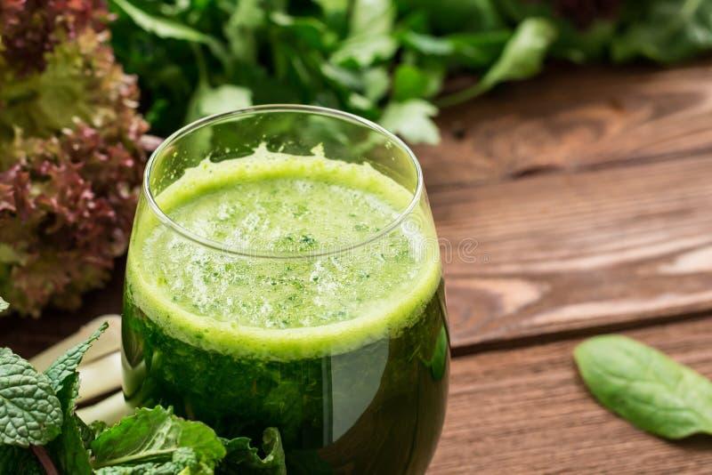 Uppfriskande sund vegetarisk smoothie från gräsplaner arkivbilder