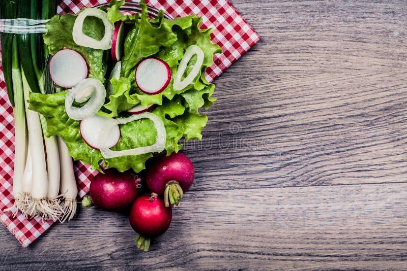 Uppfriskande vitaminsallad, bantar mat fotografering för bildbyråer