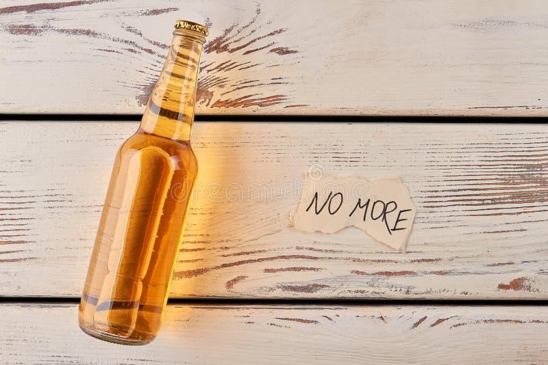 Uppfriskning med kallt öl arkivfoto